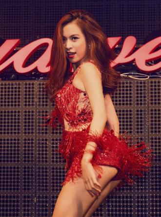 Hoàng Thùy Linh lộ vòng 3 vì váy quá ngắn