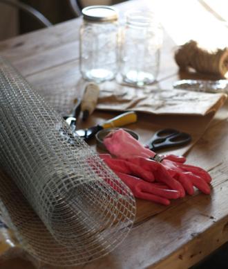 Trang trí phòng khách nhà bạn thêm xinh với những bình hoa tự làm