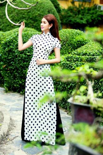 Lâm Chi Khanh khoe dáng thon với áo dài