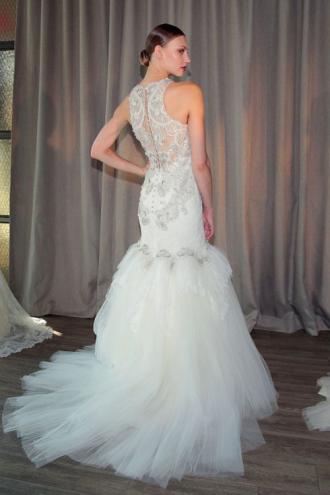Váy cưới hở lưng khiến nàng dâu gợi cảm khôn xiết