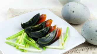 Thưởng thức món trứng đen 500 năm tuổi ở Trung Quốc