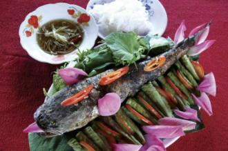 'Hồn quê' trong món cá lóc nướng trui cuốn lá sen non ở Đồng Tháp