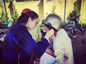 Ngắm HH Phạm Hương xinh đẹp năng động đi từ thiện