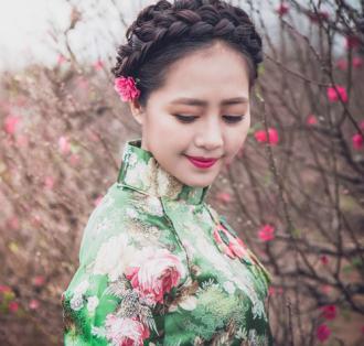 Nữ doanh nhân xinh đẹp duyên dáng với áo dài Xuân