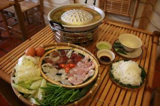 Thưởng thức món 'nướng trên, lẩu dưới' của người Lào