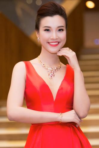 Á hậu Hoàng Oanh ngày càng sexy vì được bạn trai cho phép