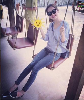 Hoa hậu Thu Thảo đẹp như nữ sinh với áo sơ mi 340 ngàn đồng