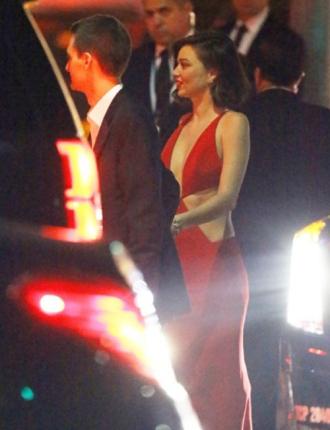 Miranda Kerr cực gợi cảm khi âu yếm người tình