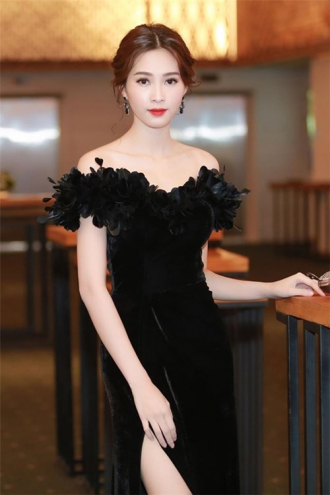 Phạm Hương đẹp mê hồn với trang phục điệu đà