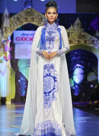 Trương Thị May catwalk với áo dài họa tiết gốm sứ