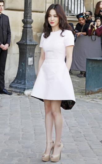 Váy đầm đơn sắc cho nàng thêm quyến rũ, sang trọng