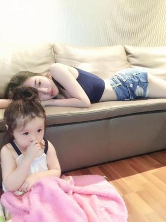 Bé Cadie Mộc Trà dỗ mẹ Elly Trần ngủ ngon