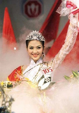 Nhìn lại thời trang khoảnh khắc đăng quang của Hoa hậu Việt