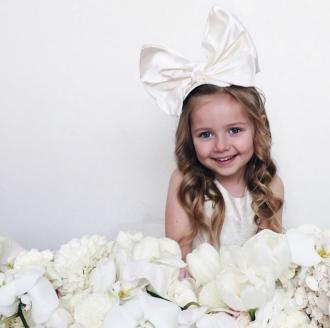 Ông bố đồng tính nổi tiếng vì chọn váy áo cho con gái đẹp quá mức