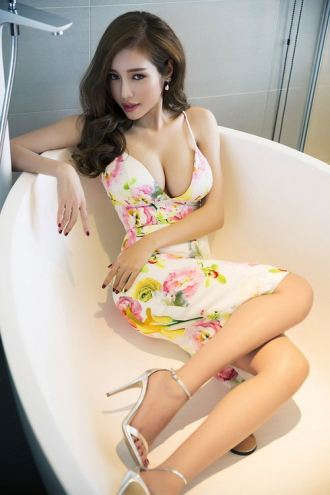 Vẻ đẹp 'khiêu khích' của mẹ 2 con Elly Trần