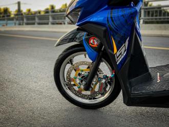 Vario độ của biker yêu nước với biểu tượng Trống Đồng tự tin