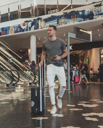 8 cách phối quần jeans trắng độc đáo từ fashionista Marcel Floruss